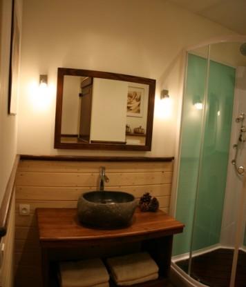 Salle de bain tente safari au glamping La Douce France à Clermont Pouyguillès Midi-Pyrénées