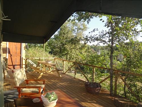 Terrasse tente safari au glamping La Douce France à Clermont Pouyguillès Midi-Pyrénées