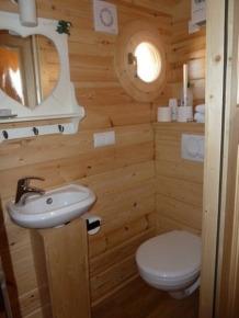 Salle de bain Roulotte au glamping Gîtes et Roulottes du Grand Puits à St Laurent d'Aigouze en Languedoc Roussillon