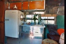 Airstream Naia 1949 - coin cuisine au glamping Belrepayre Airstream & Retro trailer Park à Manses en Midi-Pyrénées