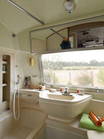 Airstream Overlander - salle de bain au glamping Belrepayre Airstream & Retro trailer Park à Manses en Midi-Pyrénées
