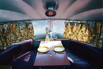 Airstream Silver Streak - salle à manger au glamping Belrepayre Airstream & Retro trailer Park à Manses en Midi-Pyrénées