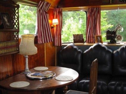 Airstream Spartan Manor coin salon au glamping Belrepayre Airstream & Retro trailer Park à Manses en Midi-Pyrénées