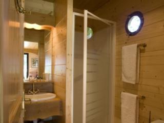 Roulotte - salle de bain - au glamping roulottes et cabanes de Saint-Cerice à Vogüé en Ardèche