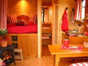 Roulotte intérieur au glamping roulottes et cabanes de Saint-Cerice à Vogüé en Ardèche