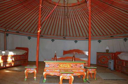 Intérieur de la yourte au glamping La Sorguette à Isle sur Sorgue dans le Vaucluse