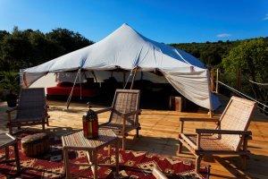 Terrasse tente Khaïma Ouadane au glamping Le Campement Tamana à Bidon en Ardèche