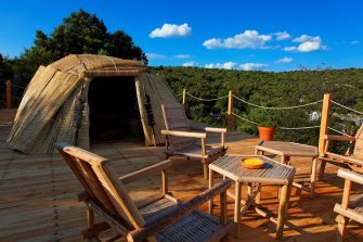 Terrasse Case Songhoy Gao au glamping Le Campement Tamana à Bidon en Ardèche