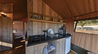 Coin cuisine Tente lodge au glamping Domaine de l'Oulivie à Combaillaux en Languedoc-Roussillon