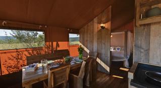 Coin salon cuisine Tente lodge au glamping Domaine de l'Oulivie à Combaillaux en Languedoc-Roussillon