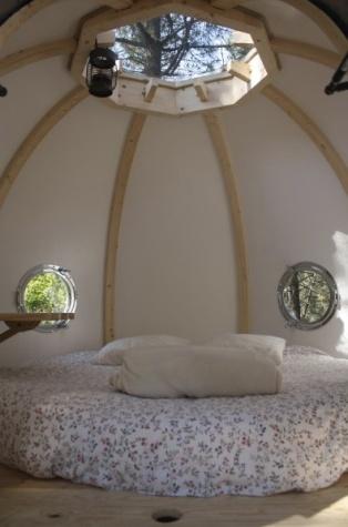 Intérieur du Lov'nid au glamping Dihan à Ploemel en Bretagne