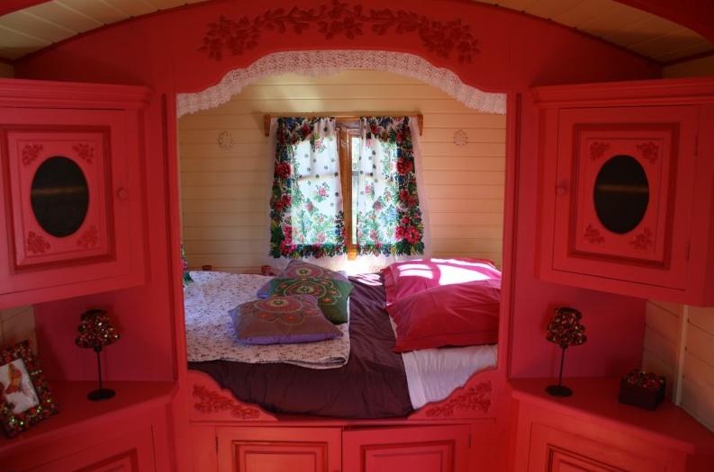 lit en alc ve dans la roulotte glamping en france. Black Bedroom Furniture Sets. Home Design Ideas