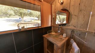 Salle de bain Tente Lodge au glamping Domaine de l'Oulivie à Combaillaux en Languedoc-Roussillon