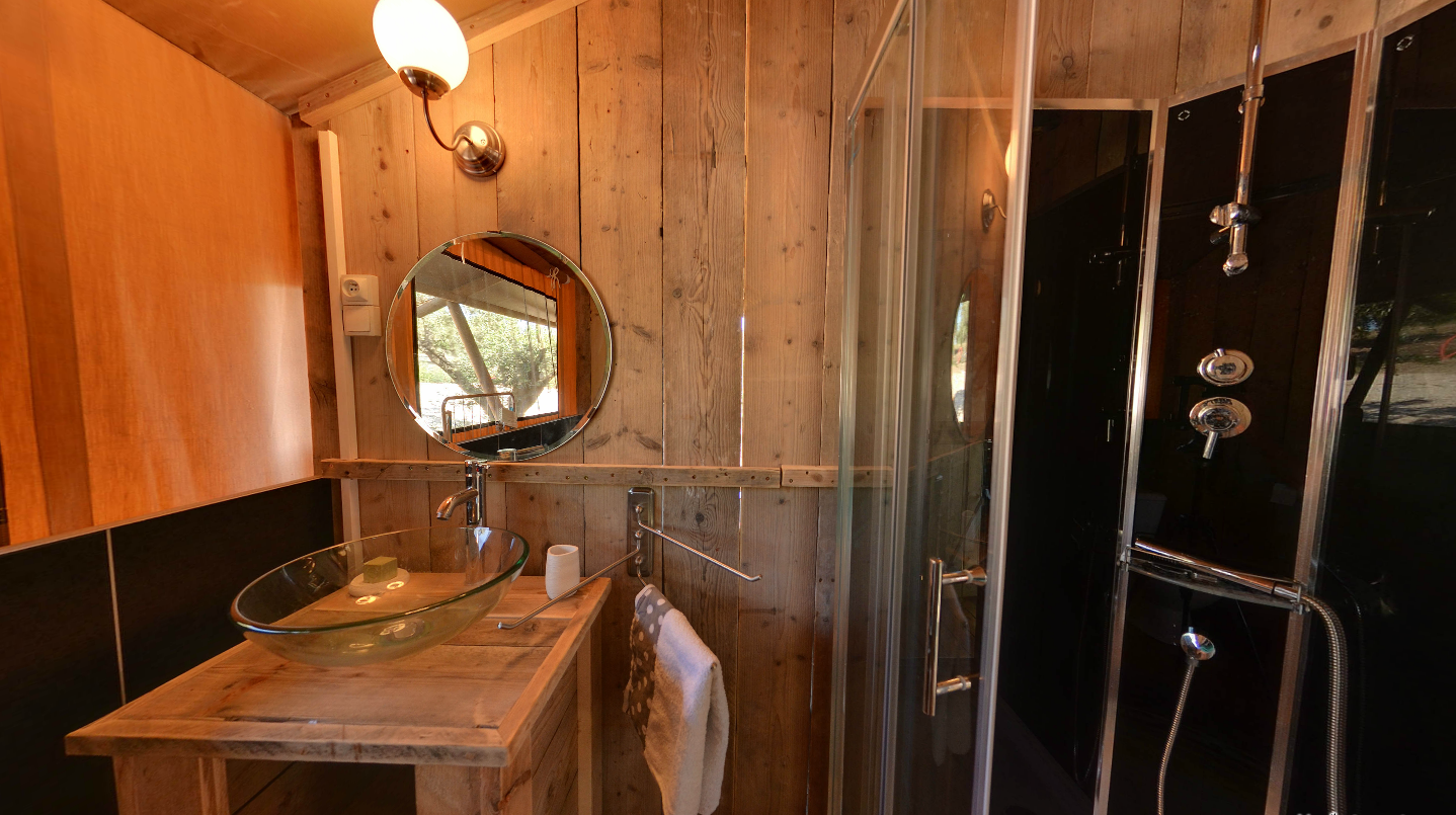 Salle de bain tente lodge glamping en france for Salle bain originale