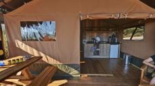 Terrasse et coin cuisine Tente Lodge au glamping Domaine de l'Oulivie à Combaillaux en Languedoc-Roussillon