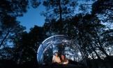 Tombée de la nuit dans la tente bulle au glamping Dihan à Ploemel en Bretagne