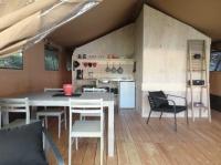 Coin cuisine Tente Lodge Safari au glamping Le Soleil des Bastides à Cahuzac-sur-Vère en Midi-Pyrénées