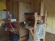 Coin cuisine tente lodge au glamping Terre Rouge à Villecomtal en Midi-Pyrénées