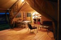 Intérieur Tente Lodge Safari au glamping Le Soleil des Bastides à Cahuzac-sur-Vère en Midi-Pyrénées