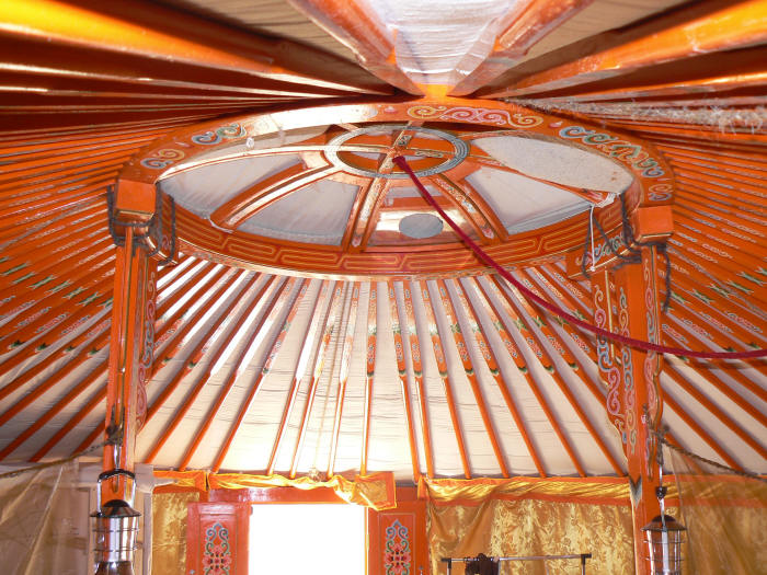 Interieur yourte plafond glamping en france for Interieur yourte