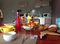 Petit déjeuner à la bergerie au glamping Noct'en bulle à Cabrerets en Midi-Pyrénées