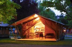 Tente Lodge Safari au glamping Le Soleil des Bastides à Cahuzac-sur-Vère en Midi-Pyrénées