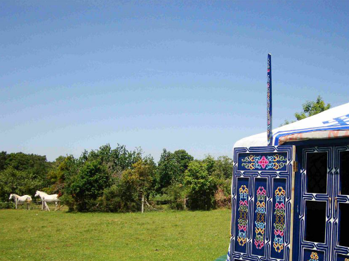 Extérieure yourte bleue au glamping Breizh Yourte à Guidel en Bretagne
