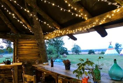 Coin bar et repas au glamping Tipis in France à Ranville-Breuillaud en Poitou-Charentes