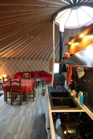 Coin cuisine et salle a manger yourte au glamping La Terre du milieu à Saint-Martin-d'Uriage en Rhône-Alpes