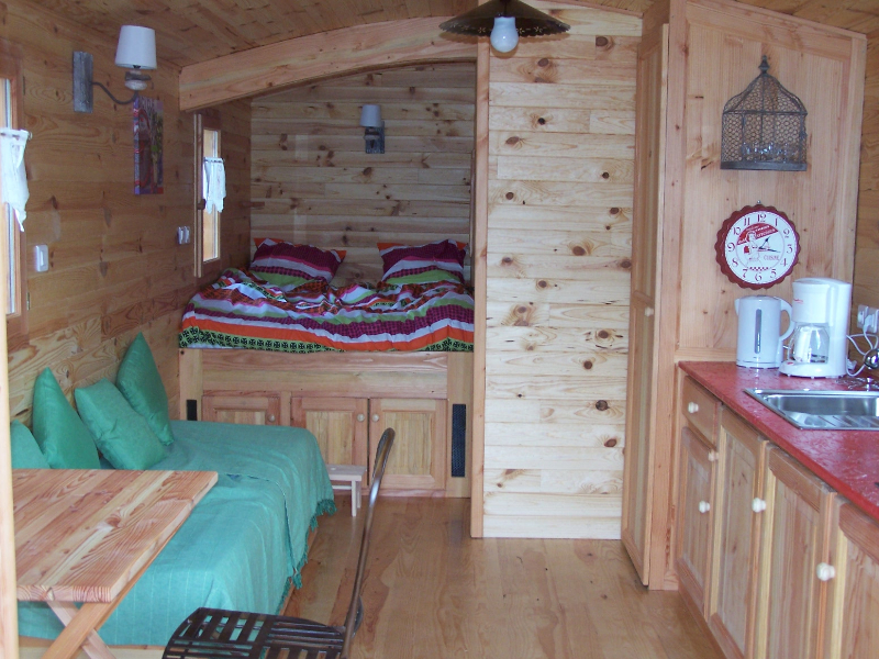 Intérieur de la roulotte au glamping Camping La Rochelambert à Saint-Paulien en Auvergne