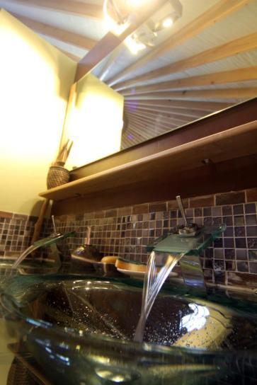 Détail salle de bain yourte au glamping La Terre du milieu à Saint-Martin-d'Uriage en Rhône-Alpes
