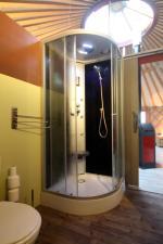 Salle de bain yourte au glamping La Terre du milieu à Saint-Martin-d'Uriage en Rhône-Alpes