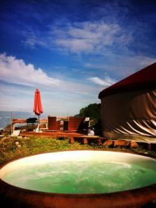 Yourte terrasse jacuzzi au glamping La Terre du milieu à Saint-Martin-d'Uriage en Rhône-Alpes
