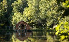 Dormir dans une cabane flottante sur l'eau