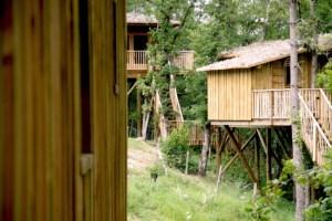 Cabanes dans les arbres au glamping Les Cabanes de Jeanne à Saint-Amand-de-Coly en Aquitaine