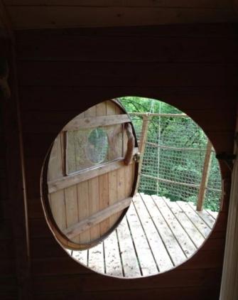 Entrée cabane St Emilion au glamping Les Cabanes de la Romaningue à Pompignac en Aquitaine