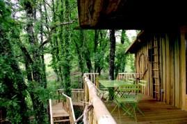 Terrasse cabane La Luna Vaira au glamping Les Cabanes de Jeanne à Saint-Amand-de-Coly en Aquitaine