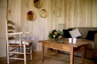 Salon cabane Lou Castalhan au glamping Les Cabanes de Jeanne à Saint-Amand-de-Coly en Aquitaine