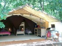 Tente Lodge coin cuisine et chambres au glamping La Téouleyre à St-Julien-en-Born en Aquitaine