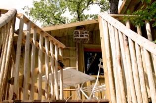 Terrasse cabane perchée Lou Castalhan au glamping Les Cabanes de Jeanne à Saint-Amand-de-Coly en Aquitaine