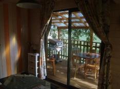 Intérieur cabane perchée au glamping La Cabane du Lamas à Montignac de Lauzun en Aquitaine