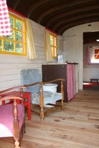 Intérieur roulotte au glamping Camping Etang du Goulot à Lormes en Bourgogne