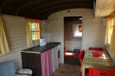 Coin cuisine et repas roulotte au glamping Camping Etang du Goulot à Lormes en Bourgogne
