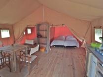 Intérieur tente safari au glamping Ty Nadan à Locunolé en Bretagne