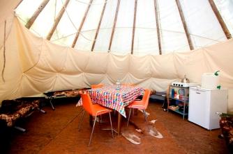 Intérieur tipi coin repas au glamping Camping Etang du Goulot à Lormes en Bourgogne