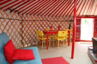 Intérieur yourte coin repas au glamping Camping Etang du Goulot à Lormes en Bourgogne