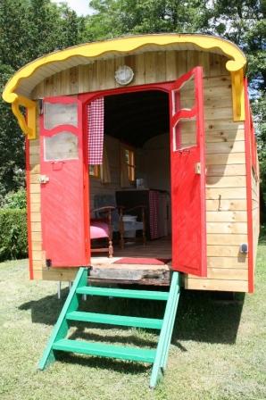 Roulotte au glamping Camping Etang du Goulot à Lormes en Bourgogne