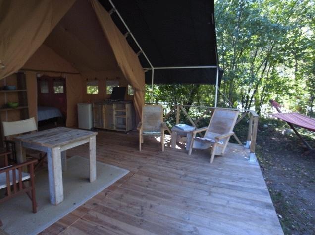 Terrasse tente safari au glamping Ty Nadan à Locunolé en Bretagne