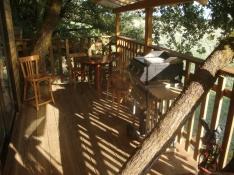 Terrasse cabane perchée au glamping La Cabane du Lamas à Montignac de Lauzun en Aquitaine
