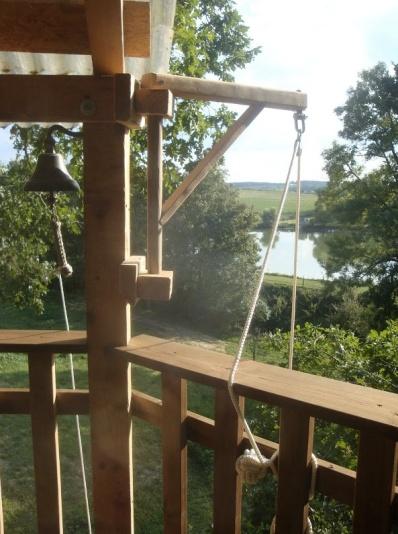 Vue depuis terrasse cabane perchée au glamping La Cabane du Lamas à Montignac de Lauzun en Aquitaine